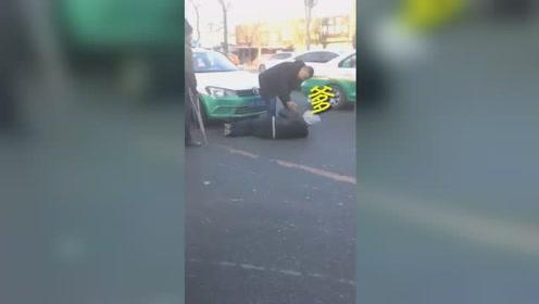 气愤!男子躺出租车前碰瓷 司机连喊7声爹求放过