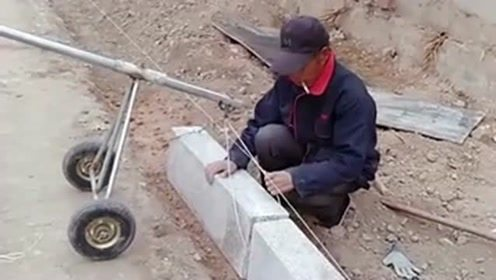 老大爷是人才,自己板砖太重了,于是就发明了这个小车来帮助自己!