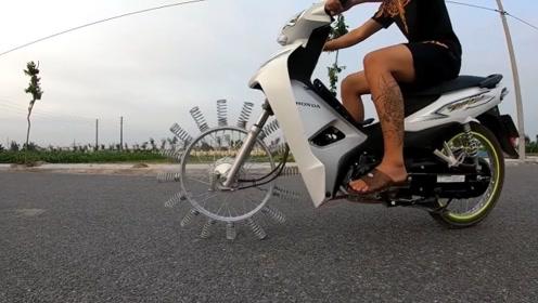 老外在摩托车上安装16个弹簧,开出去后不要太拉风,简直就是吸睛的存在