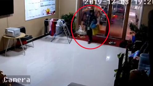 老太太闯入私人住所偷小孩 监控拍下全程令人后怕