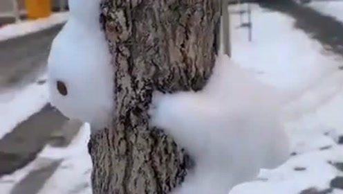 本以为是兔子钻到树里,没想到居然是用雪做的,这也太有才了吧!