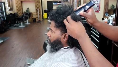 大叔头发很膨胀,剃成短发后,瞬间帅气了不少