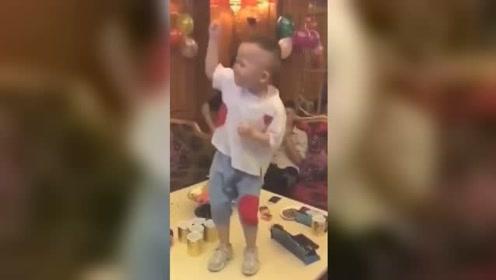 未来夜店舞王既视感!男童听歌嗨肢体语言丰富走红