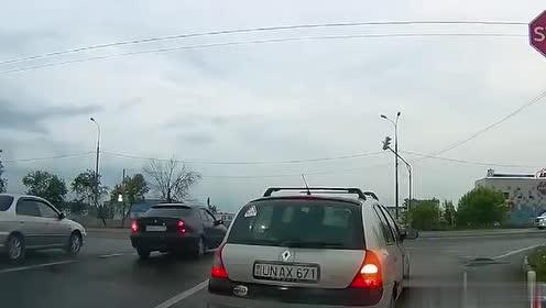 公交车路口失控横扫路面,现场一片狼藉!
