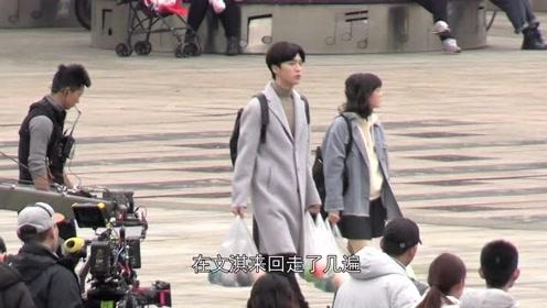 范丞丞文淇手拎塑料袋在广场散步 两双大长腿走起来超吸睛