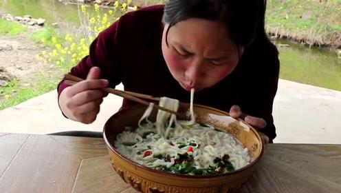 农村最爱吃这个,胖妹一次吃2斤还不过瘾,吃相太馋人了
