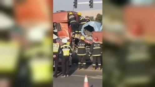 货车疑因急刹致钢卷砸扁驾驶室 现场救援视频曝光