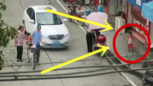 奶奶一松手,孩子撒野乱跑,一头撞上行驶中的轿车!