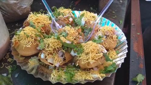 印度街头奇葩小吃,脆球上面加了各种食材,网友直呼好丰盛的感觉