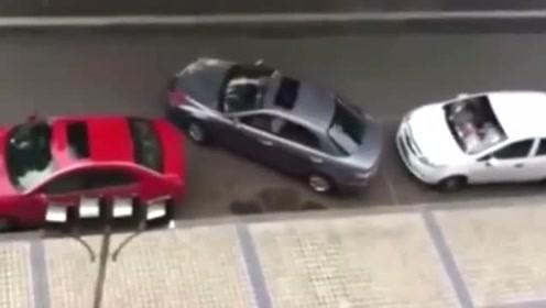 侧方位停车一盘子进,这位司机一看就是个高手啊,太牛了!