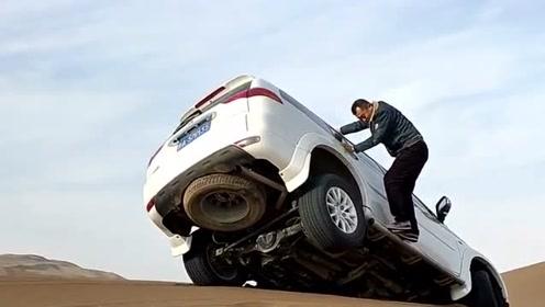 老司机很无奈啊,下坡的时候前轮陷进沙子里了,这个车都差点翻过去