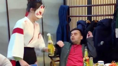 猫女郎垫板开啤酒吓到老外,走红后网友打赏赶超上班工资
