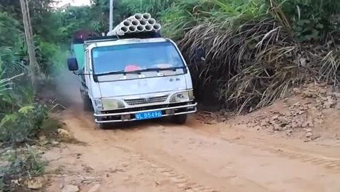 农村里开货车的司机个个都是暴脾气,遇到大坡猛踩油门就是干,一路黑烟滚滚