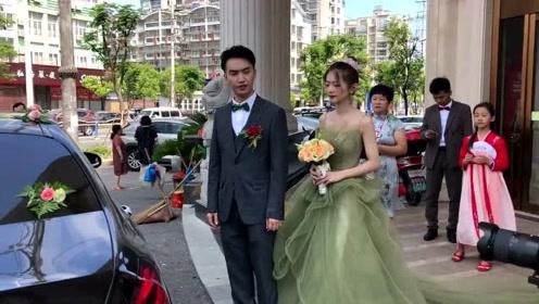 """绿色婚纱还是第一次见,却是很符合新娘的气质,就是两个字""""好看""""!"""
