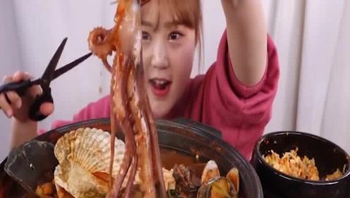 韩国吃播开吃韩式什锦海鲜汤 和飞鱼卵炒饭