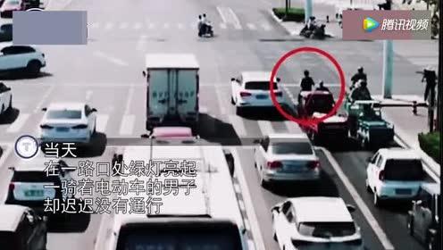 实拍:电动车马路挡道 骑车男子遭怒揍