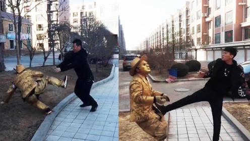 小伙扮成雕塑站路边恶搞路人,不料遇见的都是狼人,害苦了自己!