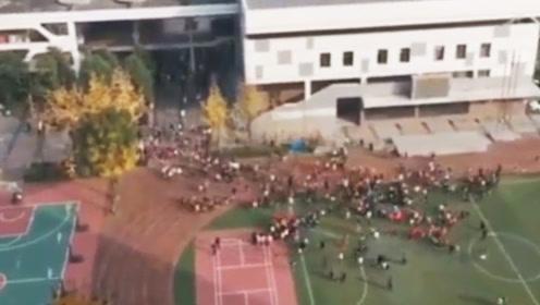四川绵阳4.6级地震 学生跑到操场避险成都多地地震预警