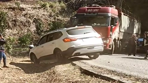 大货车在拐弯时出事了,老司机凭借自己多年的车技成功过关,太牛了!