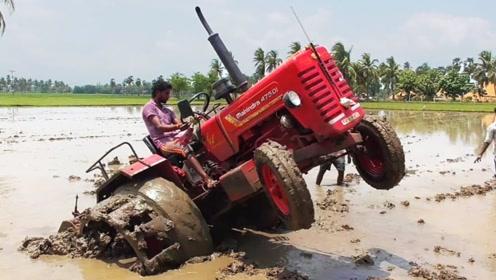 印度人开拖拉机陷入泥潭,在作死边缘疯狂尝试,这操作真是没谁了