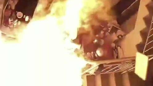 死里逃生!屋主刚抱孩子离开一秒厨房爆燃,监控拍下惊险瞬间