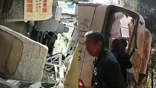 突发!岳阳一实载22人客车翻下三十米山谷 已致1人死亡多人受伤