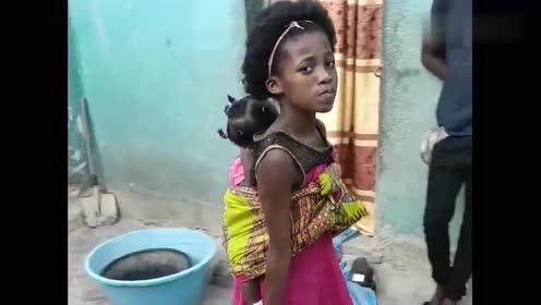 非洲8岁的姐姐,过得比妈妈还要累!照顾妹妹又必须干活