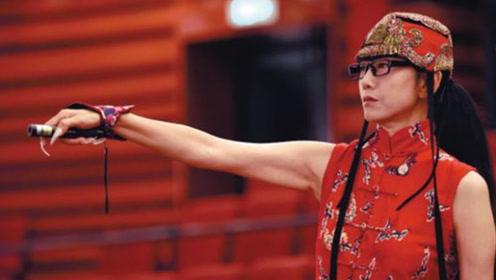 杨丽萍为什么经常戴帽子?本以为装饰,当摘下那一刻沉默了