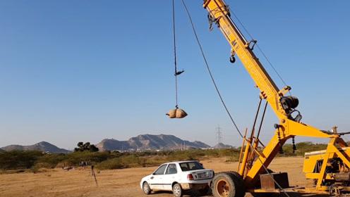 老外用起重机掉漆沙袋从高空砸在汽车上,网友:这玩法也太奢侈了!