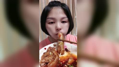 美女吃红烧肉!美容神器!