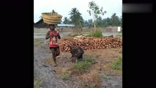 """非洲生活,在非洲基本每个妇女都会的""""头顶功"""",网友:厉害!"""