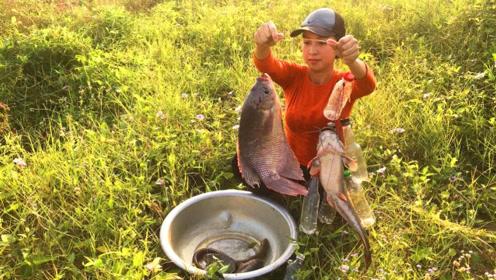 农村妹子荒野水沟钓鱼,今天收获这么多大鱼,厉害了吧