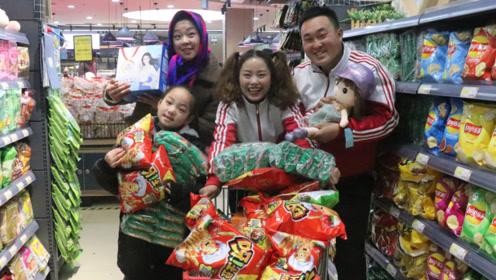 搞笑童年;喜欢和妈妈一起去超市,可以买好多的零食,真开心