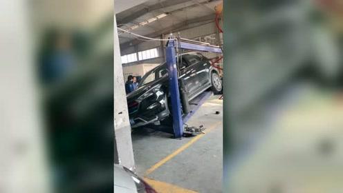 车上架维修突然摔落,车主在旁边看着心疼!