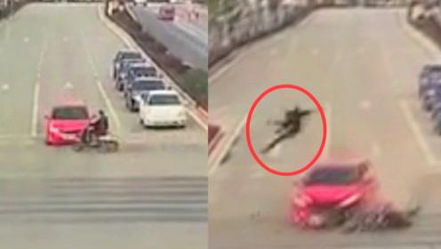 广西一电动车闯红灯被撞 监拍:电动车驾驶人腾空翻转后摔在地上