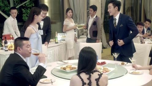 灰姑娘平时从不打扮,宴会上一袭灰色礼服惊艳亮相,总裁都看迷啦