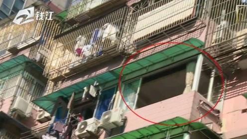 五楼掉下一块窗玻璃  骑车出买菜的大妈不幸被砸中