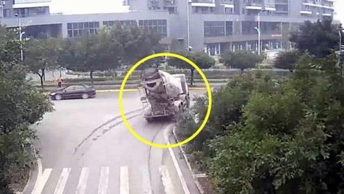 监拍:重型罐车行经路口时刹车失灵 庞大车身冲出路面险撞进小区