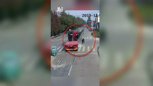 一卡车玻璃倾倒砸碎 骑车人被埋在碎玻璃中