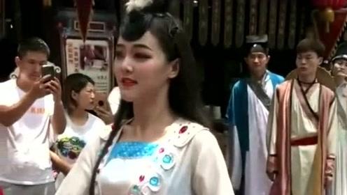 街头看到一位跳舞的小姐姐,美妙的舞姿引来了路人的围观,跳的真是不错!