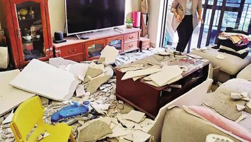 女子躺家中沙发玩手机 房顶天花板突然脱落
