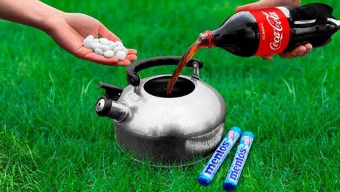 把可乐和曼妥思一同倒进水壶里,蓝色的泡沫瞬间涌出,堵都堵不住!
