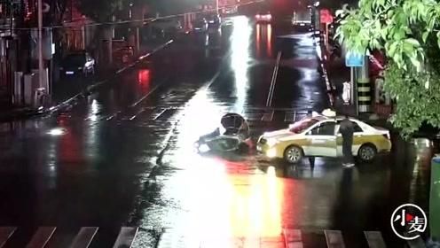 他醉酒驾驶无牌摩托车闯红灯被撞 沟通无果后把对方司机打倒在地