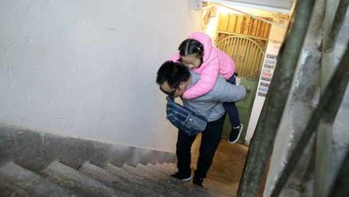 盲父背脑瘫女儿治病7年,攒到钱先治孩子:盼她跟正常人一样