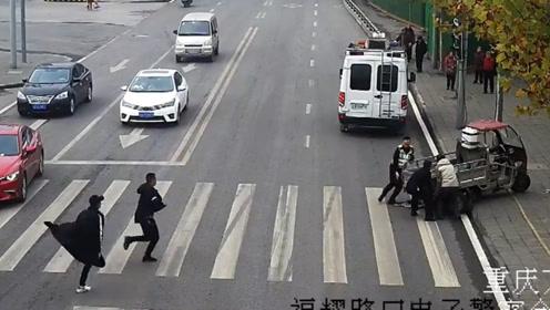 暖心!小孩被车撞倒卷入车底 路人狂奔过去抬车救人