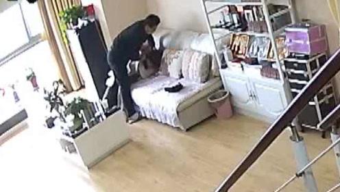 监控内看见妻子被人持刀抢劫,他隔空喊话:别伤害我老婆