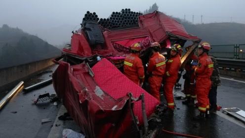 四川广元雨雾天京昆高速三车追尾 , 驾驶室遭遇削顶