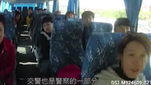 嚣张!导游带客乘黑车被查反怼交警:你不是警察,没权力管!