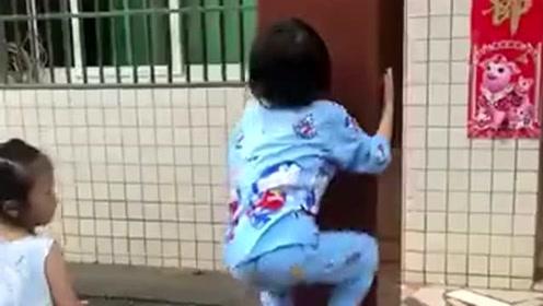 几天没见熊孩子居然会爬墙了,咱也不知道她跟谁学的,不知道说什么好了!