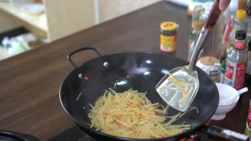 饭店的炒土豆丝怎样做,需不需要焯水,和你们的做法有什么不同